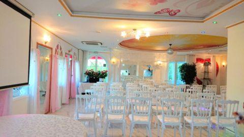 mise en place des chaises pour cérémonie