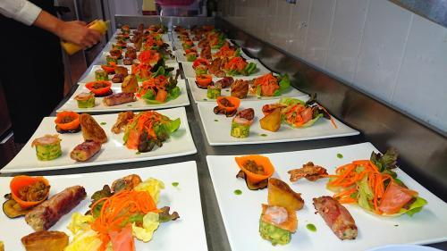 Menu de mariage avec La bella vita, location de salle en Essonne : saveurs des mers : lotte, crevette, saumon fumé et leurs crudités