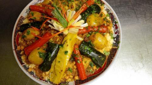 Couscous royalviande de bœuf, agneau, merguez,brochettes de poulets, légumes