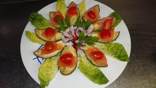 Avocat, saumon, tomates cerise et radis